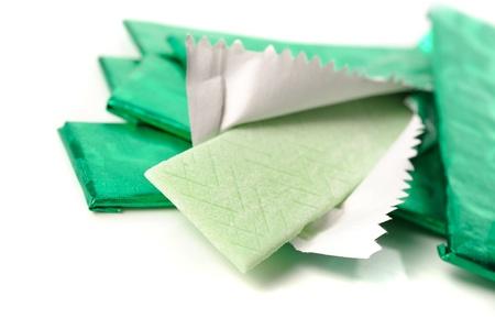 chewing-gum et la feuille d'emballage sur blanc