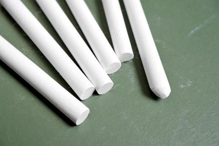 white chalks: Tizas blancas en la pizarra Foto de archivo