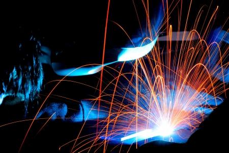溶接機は、溶接トーチを使用している間に火花します。 写真素材