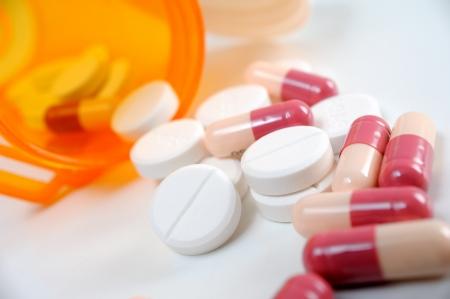 Pilules débordant de bouteille de pilules