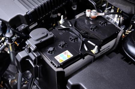 クローズ アップ エンジン ルーム内のバッテリー新車