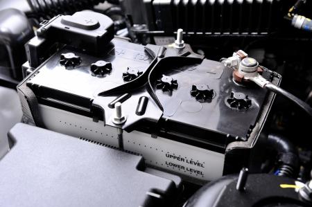 closeup nieuwe batterij auto in machinekamer