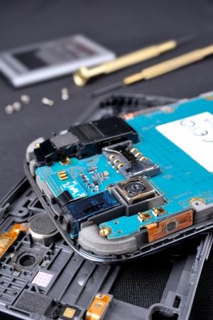 携帯電話修理、エンジニアによってモバイル分解 写真素材