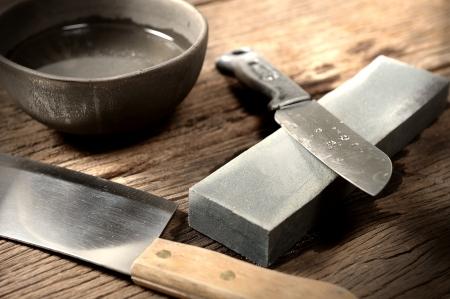 aiguiser le couteau avec pierre à aiguiser