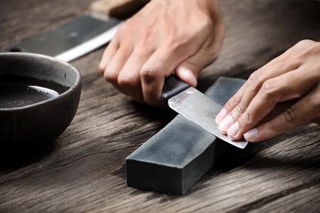 砥石でナイフを研ぐ 写真素材