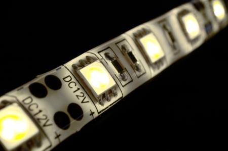 closeup witte LED strip op zwarte achtergrond Stockfoto