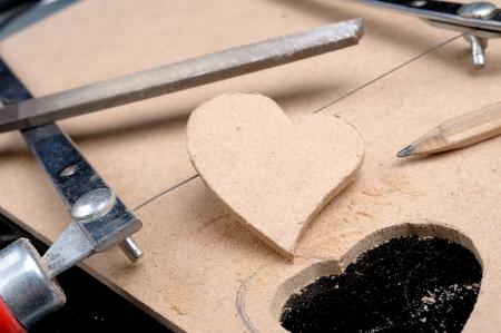 furniture hardware: el hombre hizo la forma del coraz�n del tabl�n
