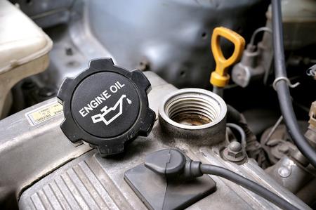 moteur agrandi bouchon d'huile dans la chambre du moteur de la vieille voiture