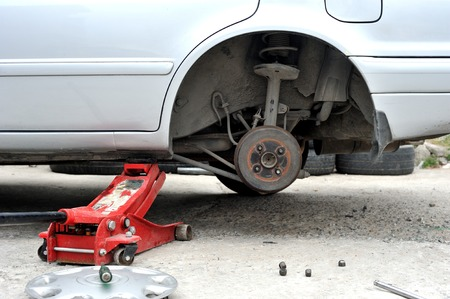auto hoist: rear spindle of car in maintenance process