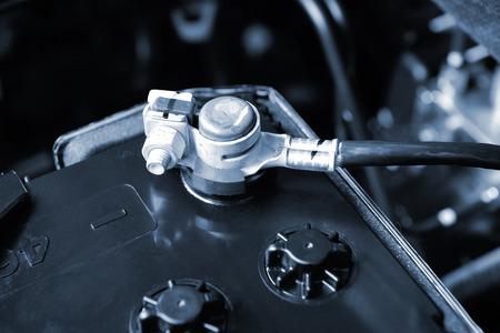 pila: terminal de la batería del coche nuevo primer en la sala de máquinas