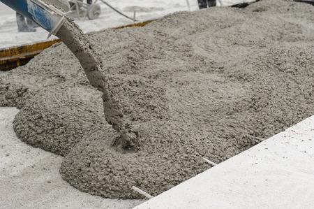 cemento: concreto mezclado verter en el sitio de construcci�n Foto de archivo