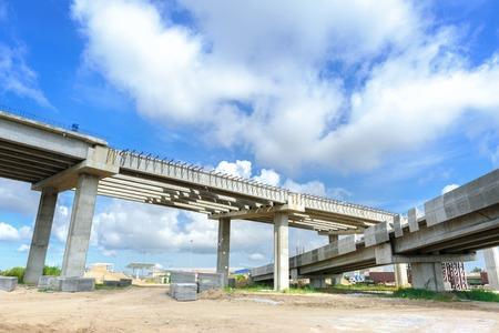 建設中の橋の構造をクローズ アップ