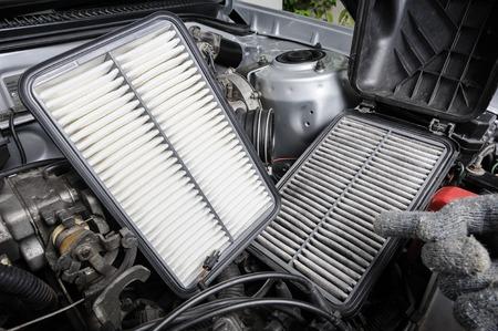 contaminaci�n de aire: comparaci�n entre nuevo y usado del filtro de aire para el coche, pieza de recambio de automoci�n Foto de archivo