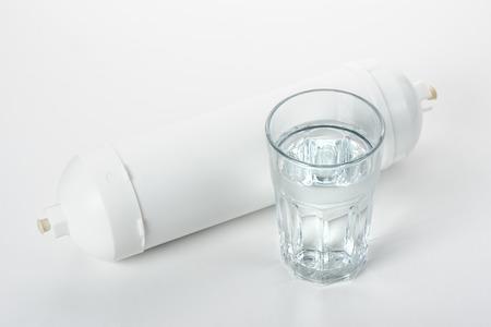 filtration: cartucho blanco para la filtraci�n de agua en el fondo blanco