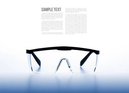 elementos de protecci�n personal: aislar el fondo claro gafas de seguridad con filtrado
