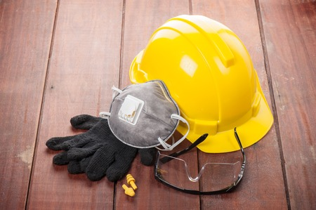 나무 판자에 개인 안전 장비 스톡 콘텐츠