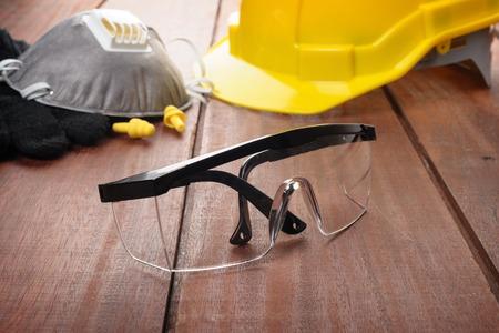 lunettes de sécurité sur planche de bois