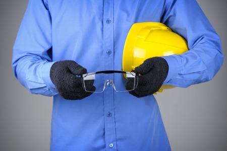 elementos de protecci�n personal: primer gafas de seguridad claras en la mano