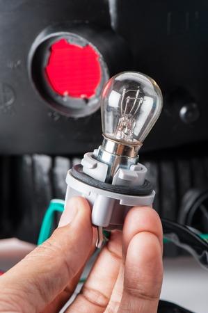 enchufe de luz: bombilla del automóvil conectado al enchufe de la luz Foto de archivo