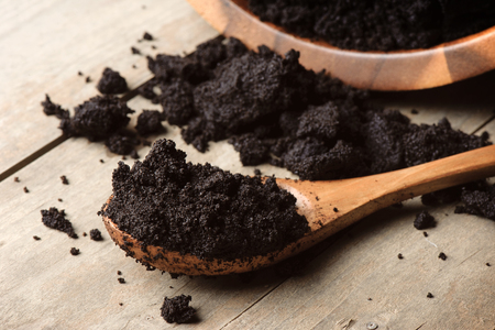 closeup detail of coffee ground in wooden spoon Imagens