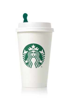 taza: BANGKOK, Tailandia - 03 de marzo 2015: la taza de caf� blanca con el logotipo de Starbucks. Starbucks es la casa de caf� m�s grande del mundo con m�s de 20.000 tiendas en 61 pa�ses. Editorial