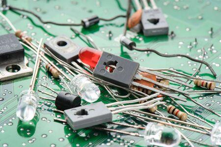 transitor: Primer transistor en el mont�n de piezas electr�nicas