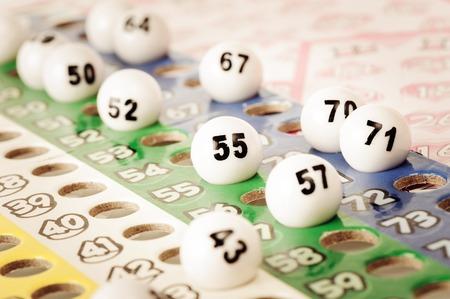 bingo: Número de cerca en la bola del bingo de plástico Foto de archivo