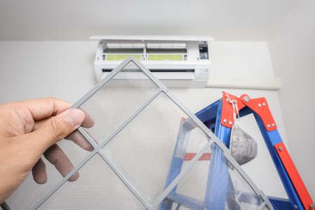 contaminacion del aire: un hombre que muestra el filtro de aire limpio despu�s de la limpieza Foto de archivo