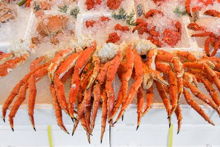 cangrejo: Al vapor patas de cangrejo gigante en el mercado de cangrejo en Hokkaido, Japón.