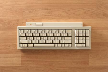 coincidir: BANGKOK, Tailandia - mayo 06, 2015: El teclado Apple II en el escritorio. Una actualización menor al teclado extendido de Apple para coincidir con el lanzamiento de la Iisi Macintosh en 1990, se añadió una función de altura ajustable.