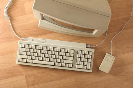 teclado: BANGKOK, Tailandia - mayo 06, 2015: El teclado Apple II y mouse de bus de Apple en el escritorio.