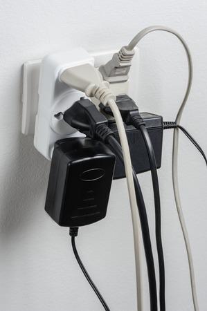 cables electricos: Enchufes múltiples en toma de corriente