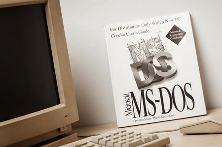 방콕, 태국 - 2015 년 5 월 10 일 : Microsoft MS-DOS 사용자 가이드. MS-DOS는 주로 Microsoft에서 개발 한 x86 기반 개인용 컴퓨터의 운영 체제입니다.
