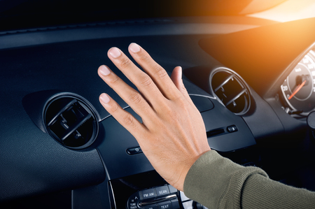 Überprüfung der Luft aus der Luft Lüftung im Auto Standard-Bild