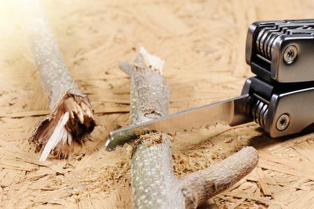 serrucho: usando un serrucho cortando la rama
