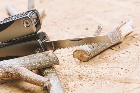 handsaw: usando un serrucho cortando la rama