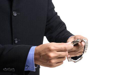 hombre de negocios ajustando la hora en su reloj