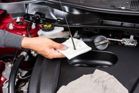 el mantenimiento del coche, comprobar el nivel de aceite del motor