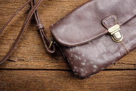 muffa sulla vecchia borsa di pelle marrone