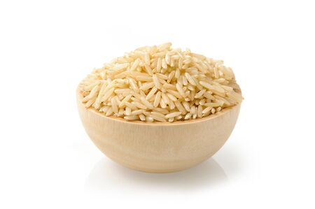 bruine rijst in houten kom