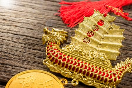 """recursos financieros: estilo chino de la decoración móvil con la palabra china significa """"viento Propitious durante todo el viaje (lenguaje)"""" en la vela y """"Recursos Financieros trae ingresos Grandes"""" en la moneda"""