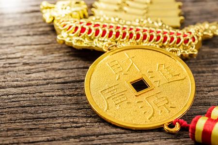 """recursos financieros: estilo chino de la decoración móvil con la palabra china significa """"recursos financieros trae ingresos Grandes"""" en la moneda"""