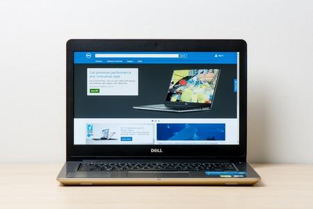 방콕, 태국 -2002 년 2 월 2 일 : Dell 공식 웹 사이트를 여는 새로운 Dell Vostro 5459 (골드) 노트북.