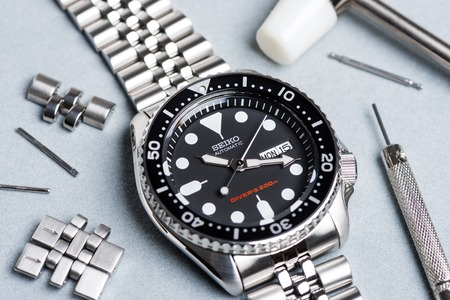 calibre: BANGKOK, THAILAND - FEBRUARY 15, 2016: The SEIKO Divers 200m Automatic SKX007 with 7S26 movement and jubilee bracelet.