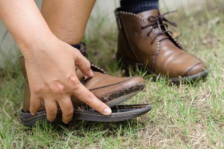 女性の靴を引き裂かれた、クローズ アップ女性の革の靴が壊れて修復が必要 写真素材 - 71379151