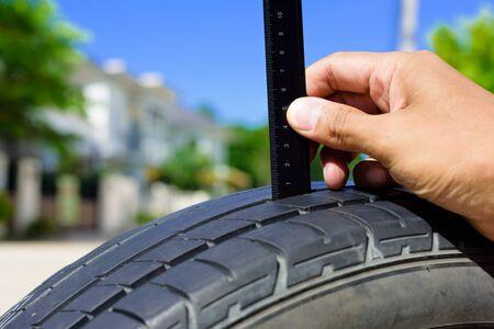 comprobar la profundidad de la banda de rodadura del neumático de coche