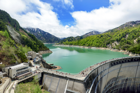 View of Kurobe Dam. The Kurobe Dam or Kuroyon Dam is a variable-radius arch dam on the Kurobe River in Toyama Prefecture, Japan. Stockfoto