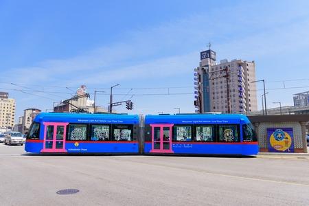 高岡市の高岡, 日本 - 2016 年 5 月 15 日: ドラえもんトラム。ドラえもんトラムは新湊と高岡市を結ぶ万葉線の路面電車です。 報道画像