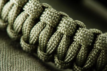근접 촬영 꼰된 녹색 paracord 팔찌, 수제 paracord bracelet