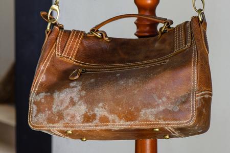 Schimmel op oude bruine lederen tas, schimmel op lederen tas